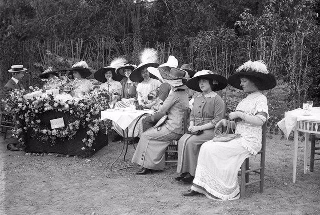 Venta de rosas en el Turó Park, en la exposición 'Mirem el passat'