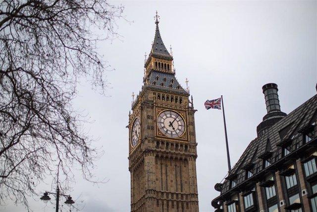 Bandera frente al Parlamento británico