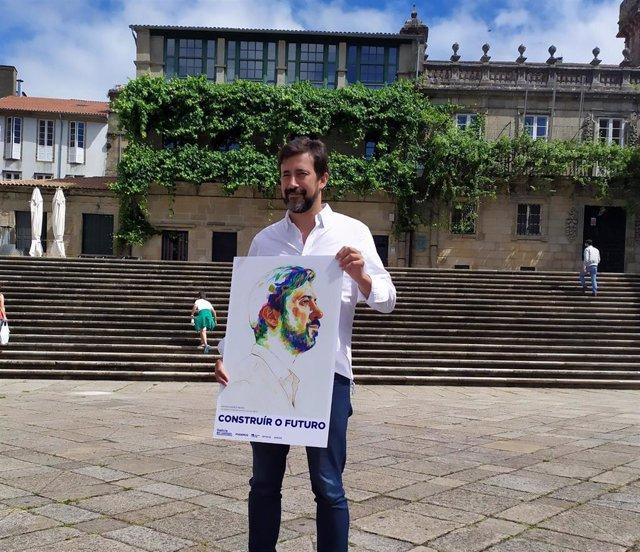 El candidato a la Presidencia de la Xunta por la coalición Galicia En Común-Anova Mareas, Antón Gómez-Reino, posa en la praza da Quintana de Santiago con un cartel con su imagen