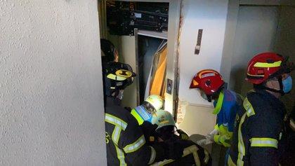 Dos trabajadores heridos graves al desplomarse un ascensor en un edificio en obras en Carabanchel