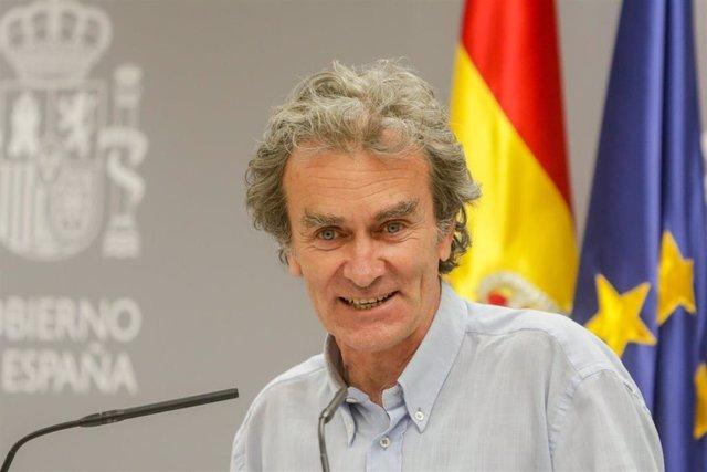 El director del Centro de Coordinación de Alertas y Emergencias Sanitarias (CCAES), Fernando Simón, sonríe y mira a cámara durante una rueda de prensa dos semanas después del fin del estado de alarma para informar de la evolución de la COVID-19, en Madrid