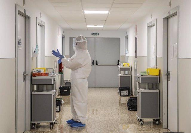 Un treballador sanitari es disposa a entrar en una habitació de l'Hospital Arnau de Vilanova on hi ha pacients infectats amb el virus, a València, Comunitat Valenciana, (Espanya), a 24 d'abril de 2020.