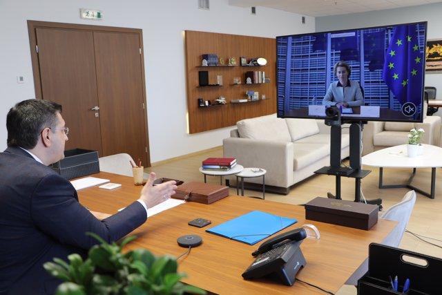 La presidenta de la Comisión Europea, Ursula von der Leyen, y el presidente del Comité de las Regiones de la UE (CdR), el griego Apostolos Tzitzikostas