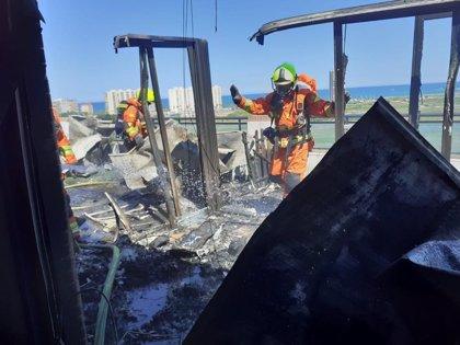 Evacuado un edificio en Cullera por un incendio declarado en un ático