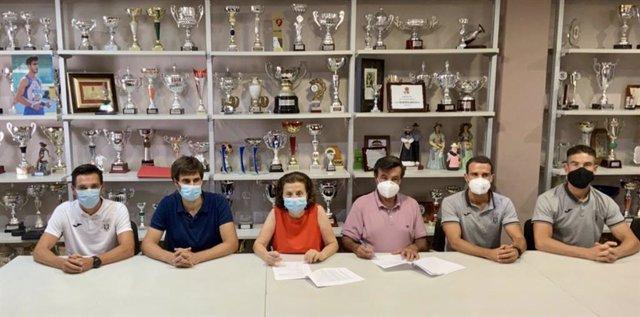 La consellera de Asuntos Sociales, Fina Santiago, firma este lunes los contratos de patrocinio con los equipos deportivos de Ibiza.