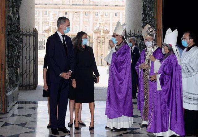 El rey Felipe (i), la reina Letizia (2i), y el cardenal Carlos Osoro (3d), a su llegada este lunes a la Santa Misa celebrada en recuerdo de todas las víctimas del COVID-19 en la Catedral de la Almudena, Madrid (España), a 6 de julio de 2020.