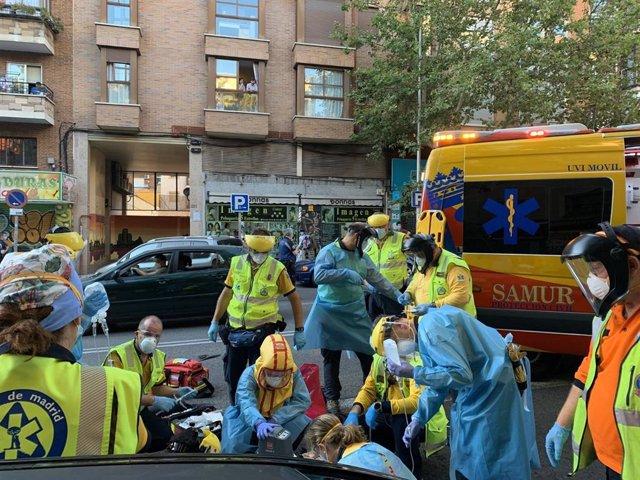 Efectivos del Samur-Protección Civil realizan una intervención en un accidente de tráfico, portando uno de ellos una nueva escafandra.