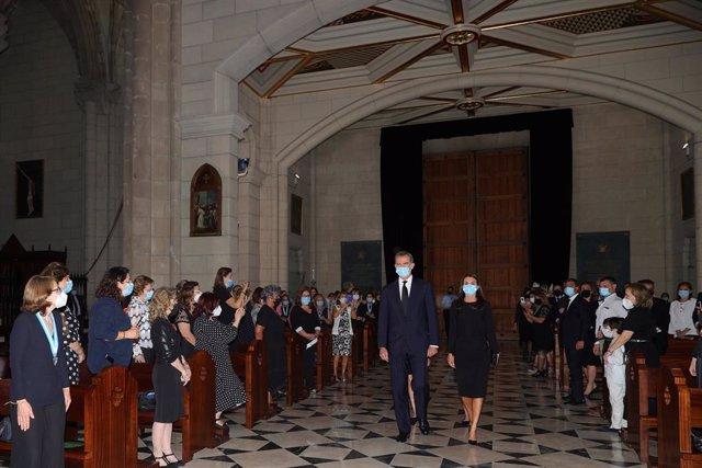 El Rey Felipe VI y la Reina Letizia a su llegada este lunes a la Santa Misa celebrada en recuerdo de todas las víctimas del COVID-19 en la Catedral de la Almudena, Madrid (España), a 6 de julio de 2020.