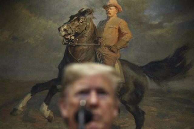 Donald Trump delante de un cuadro del expresidente Theodore Roosevelt.