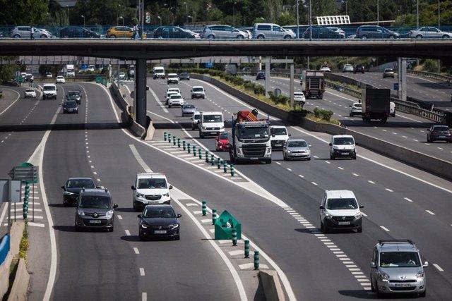Tramo de la autopista de la M30 durante la desescalada por el Covid-19 un día después de que el tráfico repuntara ligeramente con el inicio de la fase 0 del plan de desescalada, registrando reducciones por debajo del 57% tanto en carretera como en accesos