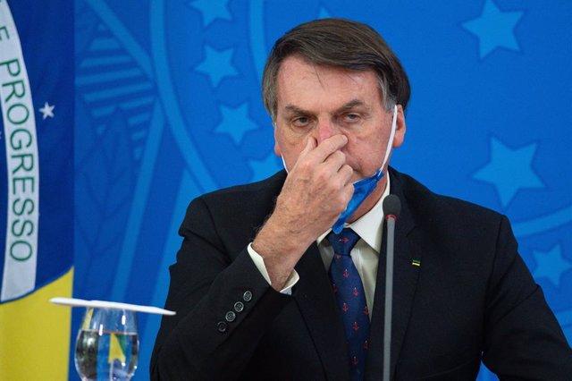 Coronavirus.- Bolsonaro se somete a su tercera prueba de coronavirus tras presen
