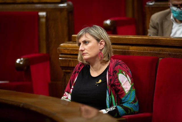 La consellera de Sanidad, Alba Vergés, en su escaño en el Parlament de Catalunya durante la segunda plenaria en la que se debate la gestión de la crisis sanitaria del COVID-19 y la reconstrucción de Cataluña ante el impacto de la pandemia, en Barcelona, C