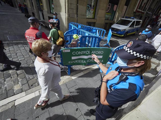Agentes de la Policía Municipal controlan la afluencia de gente en la Plaza del Consistorio en el momento en el que de celebrarse los Sanfermines 2020 hubiera tenido lugar el famoso chupinazo, en Pamplona, Navarra (España), a 5 de julio de 2020. Pamplona
