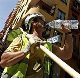 Albañil bebe agua