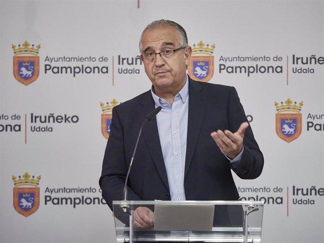 """El alcalde de Pamplona, Enrique Maya, ofrece una rueda de prensa el día en el que de celebrarse hubieran comenzado los Sanfermines 2020, en Pamplona, Navarra (España), a 6 de julio de 2020. Maya ha vuelto a enviar un mensaje de """"prudencia"""" a la ciudadanía"""