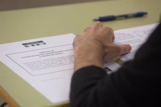 Un estudiante de bachillerato minutos en el IES Vilar Ponte preparado para realizar los exámenes Selectividad o Pruebas de Acceso a la Universidad –PAU o ABAU- en Viveiro.