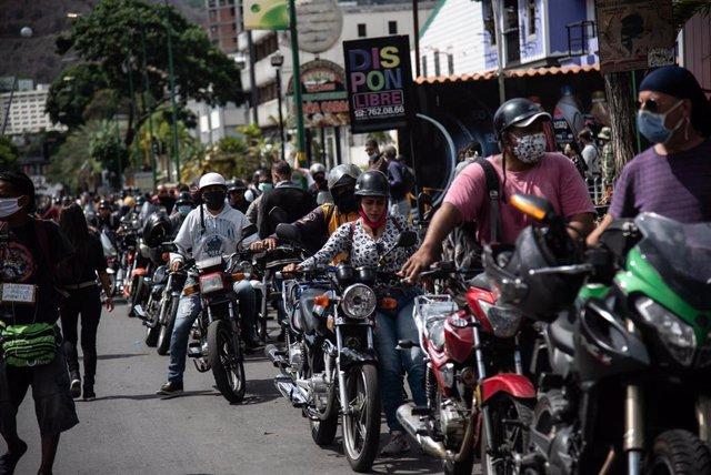 Cola para repostar en una gasolinera de Caracas (Imagen de archivo)