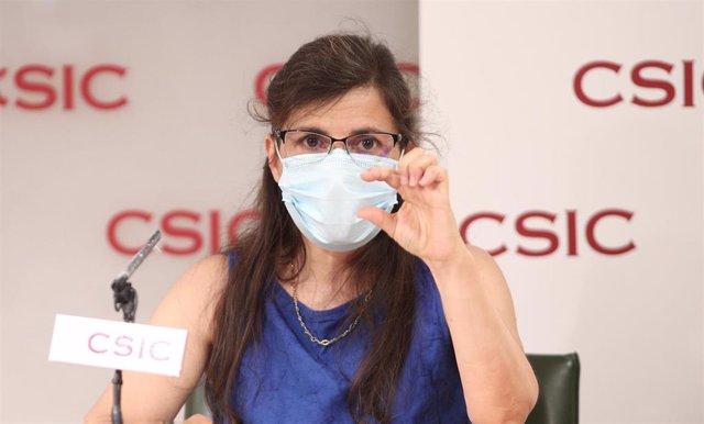 La inmunóloga y representante de los equipos investigadores, Mar Veles, interviene, en la presentación por parte del Consejo Superior de Investigaciones Científicas (CSIC) de un nuevo test serológico de detección de anticuerpos de SARS-COV-2 desarrollado