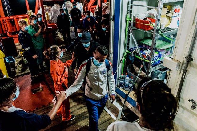 Europa.- Los migrantes del 'Ocean Viking', trasladados a un ferry en Sicilia par