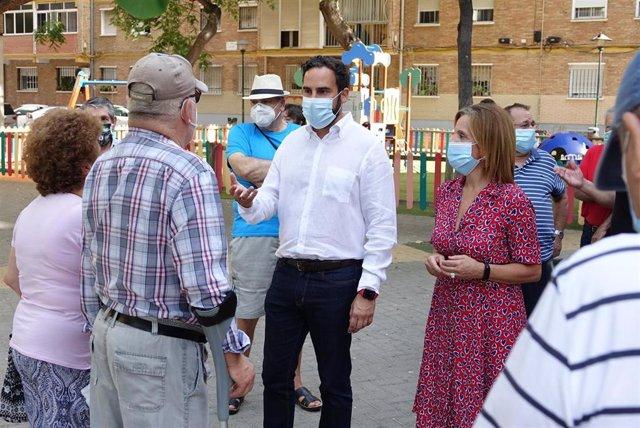 Daniel Pérez y Begoña Medina (PSOE) en el barrio malagueño de la Luz