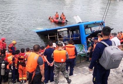 China.- Al menos 21 muertos tras caerse un autobús con estudiantes a un embalse en el suroeste de China