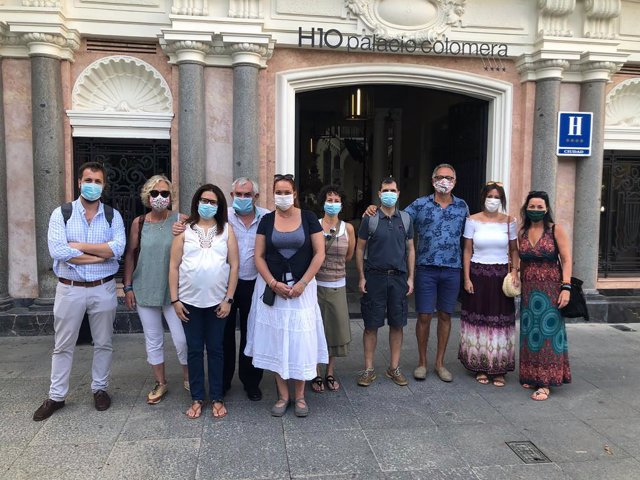 La vicepresidenta del Patronato Provincial de Turismo de la Diputación, Inmaculada Silas (tercera por la izda.), junto a los agentes de viajes
