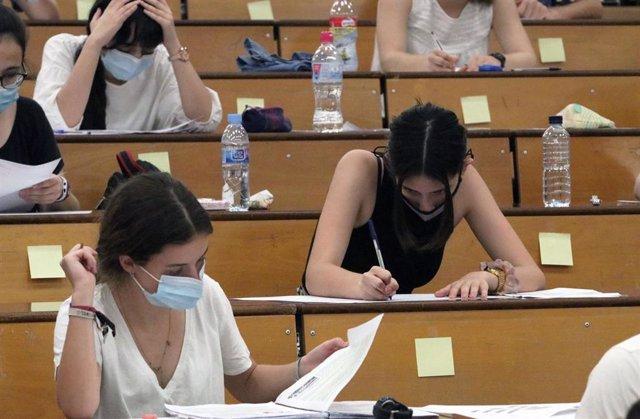 Estudiantes durante la realización de las pruebas de Evaluación para el acceso a la Universidad en Málaga (la EvAU, tradicionalmente llamada Selectividad)