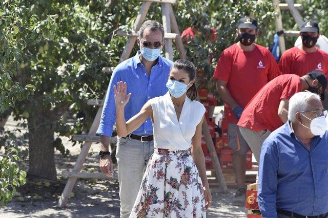 Los Reyes, durante su visita a la cooperativa de frutas La Carrichosa, en Cieza, Murcia (España), a 7 de julio de 2020. Este viaje a la Región de Murcia se enmarca en la ronda de visitas que los Reyesestán realizando a todas las comunidades