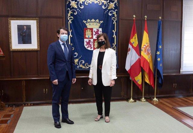 Mañueco (I) y Hervella (D) durante su encuentro en el palacio de La Asunción.