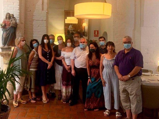 La delegada de Turismo de la Junta de Andalucía en Córdoba, Purificación Joyera (tercera por la izda.), junto a los agentes de viaje y operadores