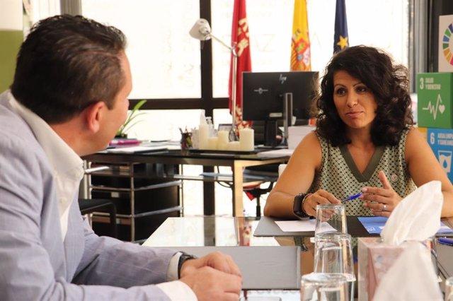 La consejera de Transparencia, Participación y Administración Pública, Beatriz Ballesteros, con el alcalde de Mula, Juan Jesús Moreno