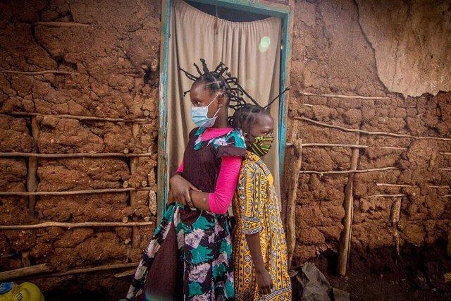 Dos niñas con mascarilla en Kenia