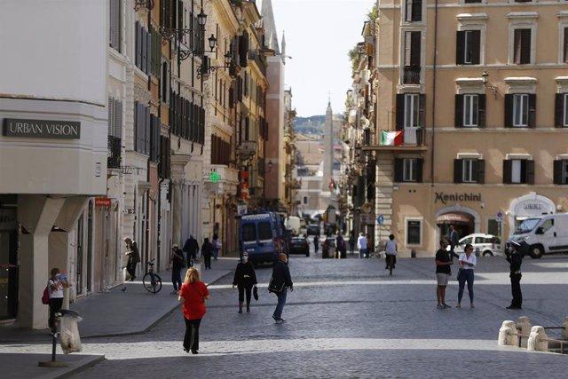 Personas caminando por el centro de Roma