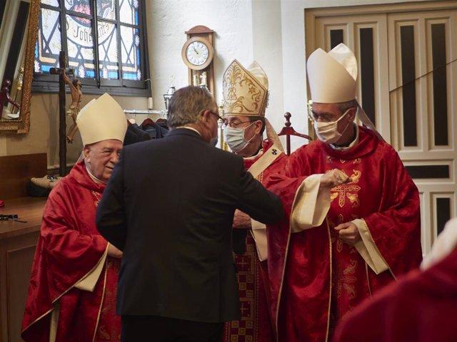 El alcalde de Pamplona, Enrique Maya, saluda tras la misa en honor a San Fermín durante su festividad en el que sería el segundo día de las fiestas que han sido suspendidas por la pandemia de COVID-19, en la capilla del santo, en Pamplona, Navarra (España