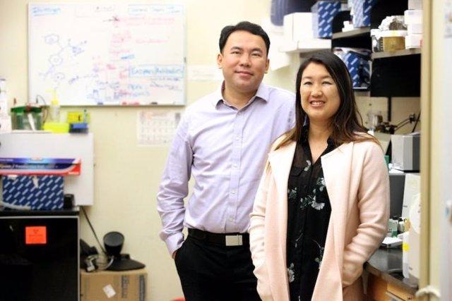 Dr. James Chou (izquierda) y Dra. Sherine Chan (derecha) de la Universidad de Medicina de Carolina del Sur.