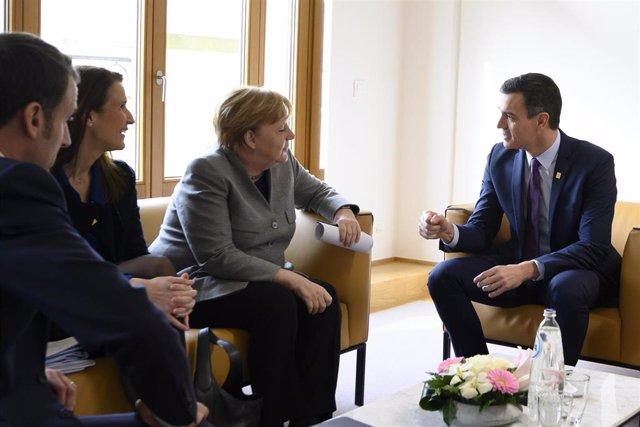 El presidente del Gobierno, Pedro Sánchez (d), con la canciller alemana, Angela Merkel (3i), durante una reunión en Bruselas (Bélgica) a 21 de febreor de 2020.
