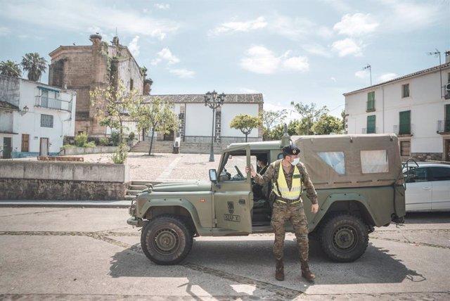 Un militar de la Brigada Extremadura XI durante la operación Balmis.