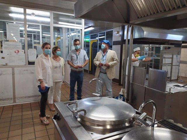 La delegada de la Junta de Andalucía en la provincia, Ana Mestre, visita las obras de la cocina del Hospital Puerta del Mar de Cádiz
