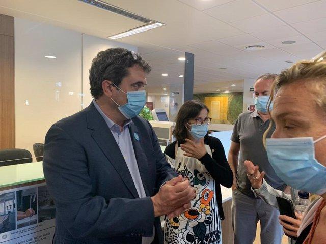 El director del CatSalut, Adrià Comella,  junto a Divina Farreny, gerente de las dos regiones sanitarias de Lleida.
