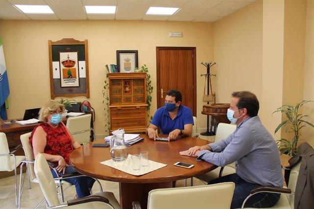 La alcaldesa de Gelves, Isabel Herrera; el alcalde de Mairena del Aljarafe, Antonio Conde; y el delegado de Planificación Urbana de San Juan de Aznalfarache, Fernando Pozo,