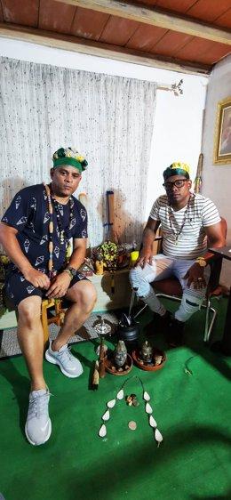 Imagen de recurso de dos babalawos, sacerdotes de la religión yoruba.