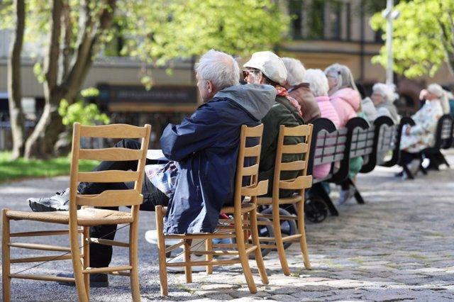 Imagen de archivo de varias personas sentadas en Suecia durante la pandemia.