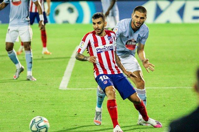 Ángel Correa y Okay Yokuslu en el Celta-Atlético