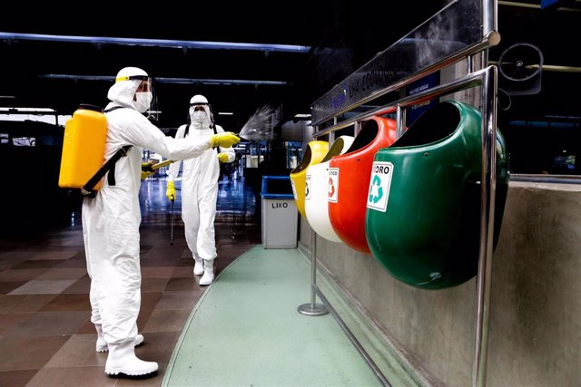 Soldados del Ejército de Brasil trabajando en las labores de desinfección de de una terminal de autobuses de Sao Paulo.