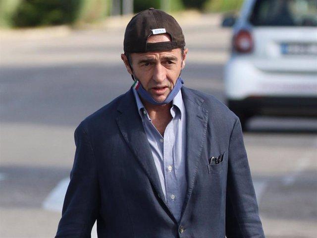 Alessandro Lequio, elegante pero informal con camisa, americana, y su característica gorra del revés en homenaje a su hijo Aless