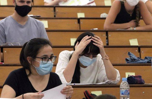 Estudiantes se agolpan en la facultad de Medicina a la espera de ser llamados para la realización de las pruebas de Evaluación para el acceso a la Universidad, EVAU tradicionalmente llamada selectividad. Málaga a 07 de julio del 2020
