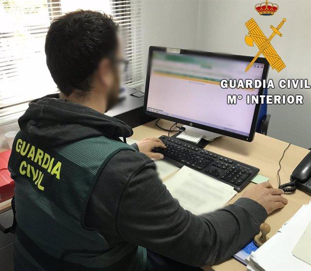 Un agentes de la Guardia Civil elabora diligencias