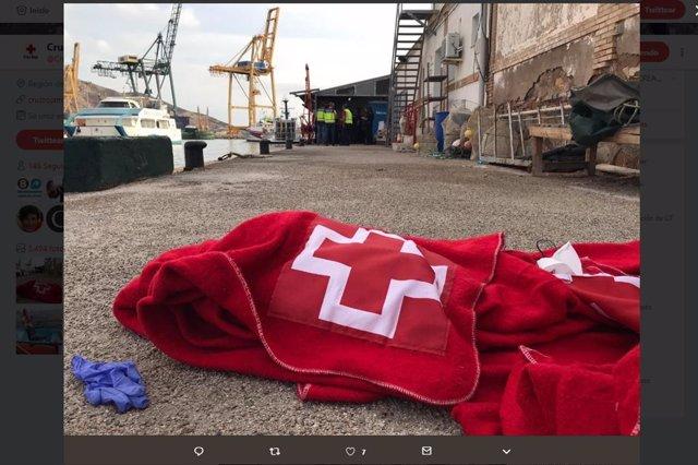 Imagen de una de las intervenciones de Cruz Roja para atender a los inmigrantes llegados en patera a la Región