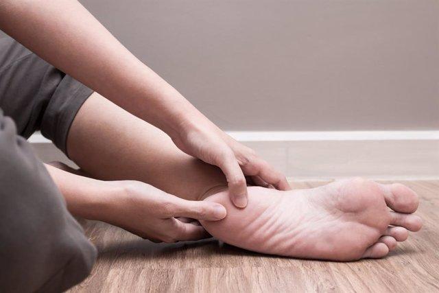 La localización más habitual del dolor neuropático es en manos y pies; aparece de manera espontánea y progresiva empeorando en reposo y durante la noche