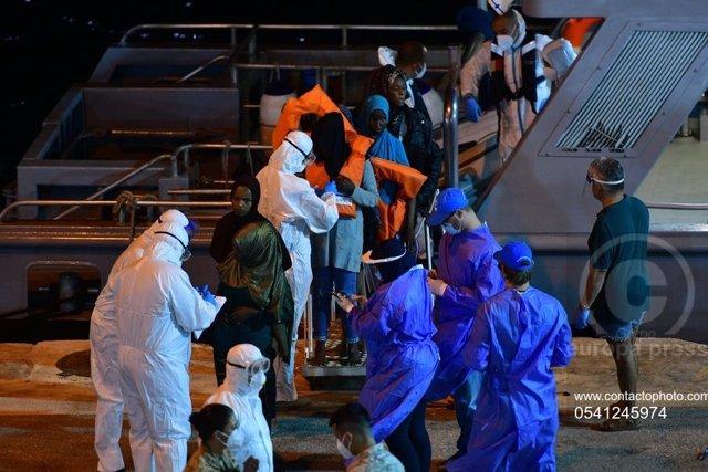 Europa.- Malta recibe a los 51 migrantes atrapados durante días en un carguero p